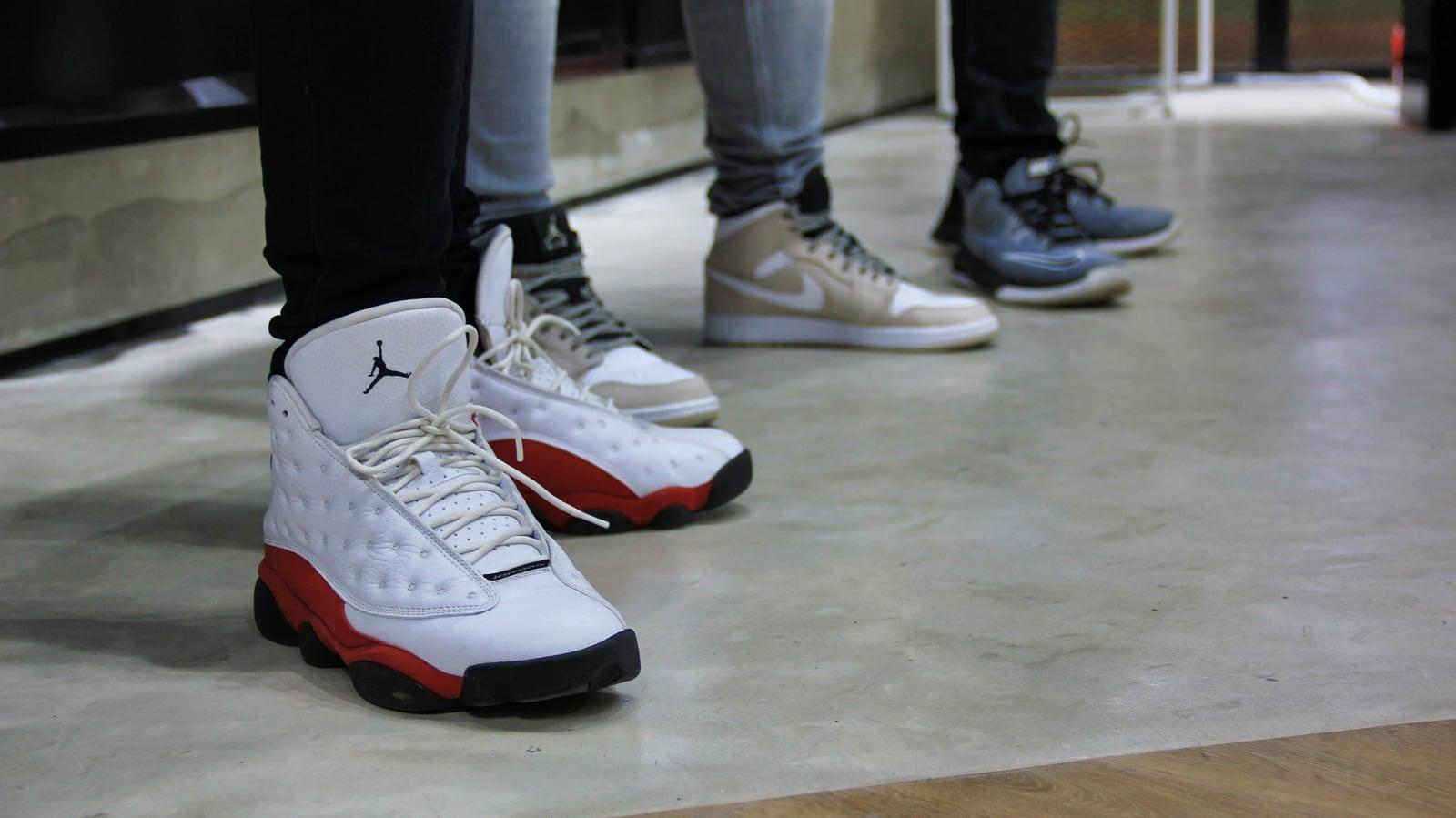 Varias zapatillas de baloncesto